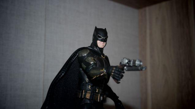 Batman-Justice-League-Tactical-Suit-Mafex-Review-11