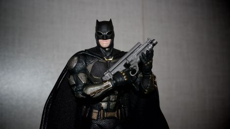 Batman-Justice-League-Tactical-Suit-Mafex-Review-12