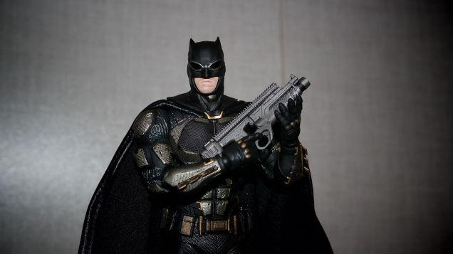 Batman-Justice-League-Tactical-Suit-Mafex-Review-12
