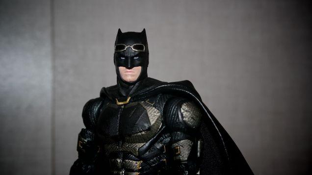 Batman-Justice-League-Tactical-Suit-Mafex-Review-13