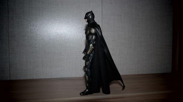Batman-Justice-League-Tactical-Suit-Mafex-Review-16