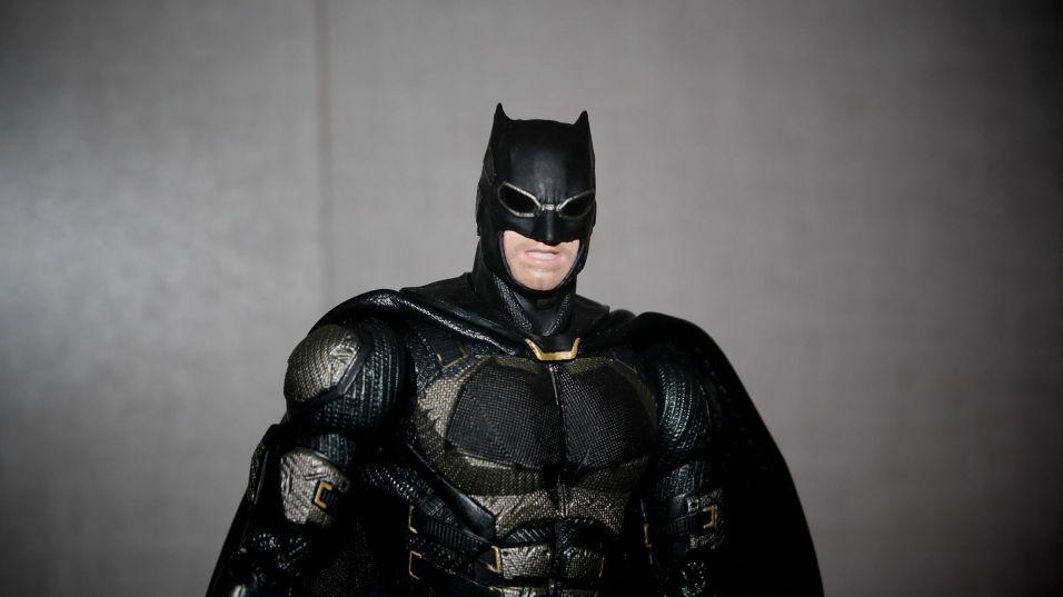 Batman-Justice-League-Tactical-Suit-Mafex-Review-20