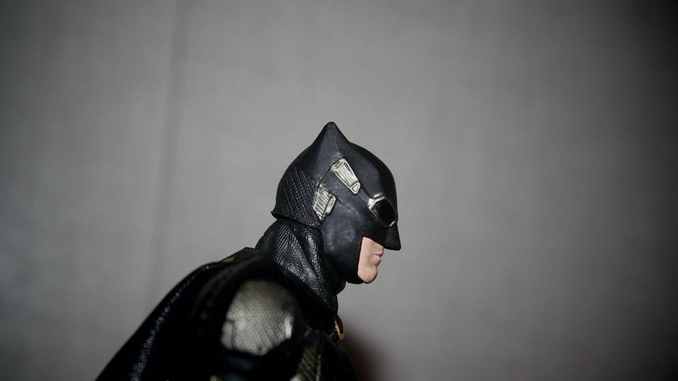 Batman-Justice-League-Tactical-Suit-Mafex-Review-21