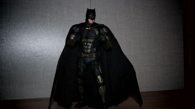 Batman-Justice-League-Tactical-Suit-Mafex-Review-4