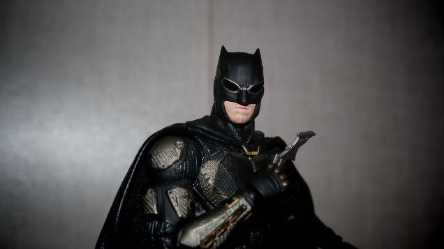 Batman-Justice-League-Tactical-Suit-Mafex-Review-5