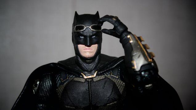 Batman-Justice-League-Tactical-Suit-Mafex-Review-8