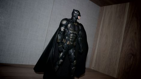 Batman-Justice-League-Tactical-Suit-Mafex-Review-9