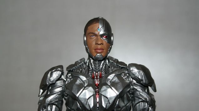MAFEX-Cyborg-Justice-League-Review-10