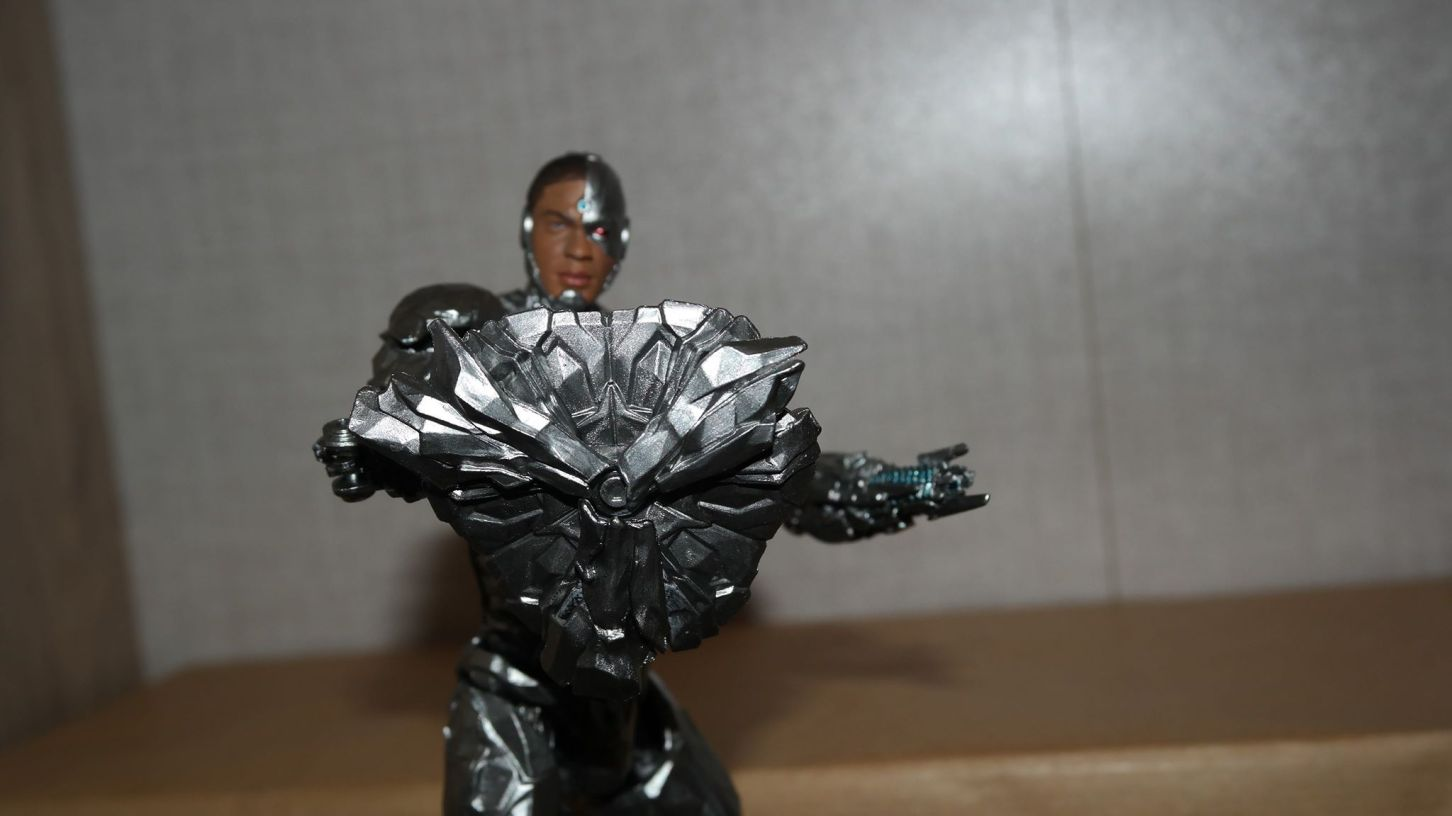 MAFEX-Cyborg-Justice-League-Review-7