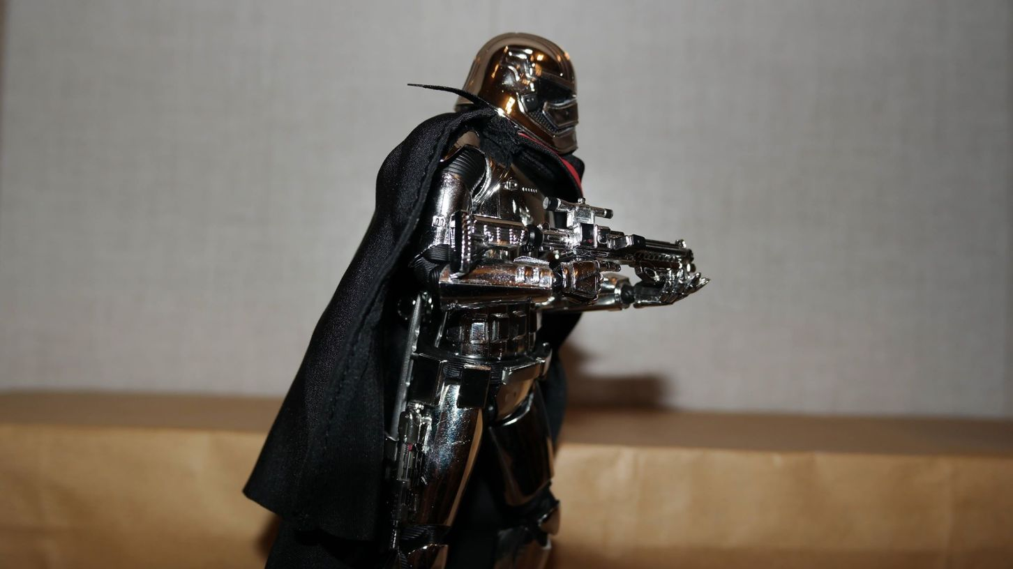 Star-Wars-Mafex-Captain-Phasma-Review-19
