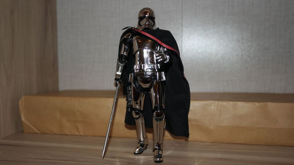 Star-Wars-Mafex-Captain-Phasma-Review-4