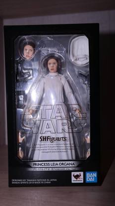 SH-Figuarts-Star-Wars-Princess-Leia-Organa-A-New-Hope-Review-16